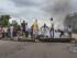 Imagen facilitada el 15 de mayo del 2015 de varios hombres construyendo una barricada durante las protestas por la decisión del presidente Pierre Nkurunziza de aspirar a un tercer mandato, en Buyumbura, Burundi, el 13 de mayo del 2015. EFE/Ajax Nzeyimana