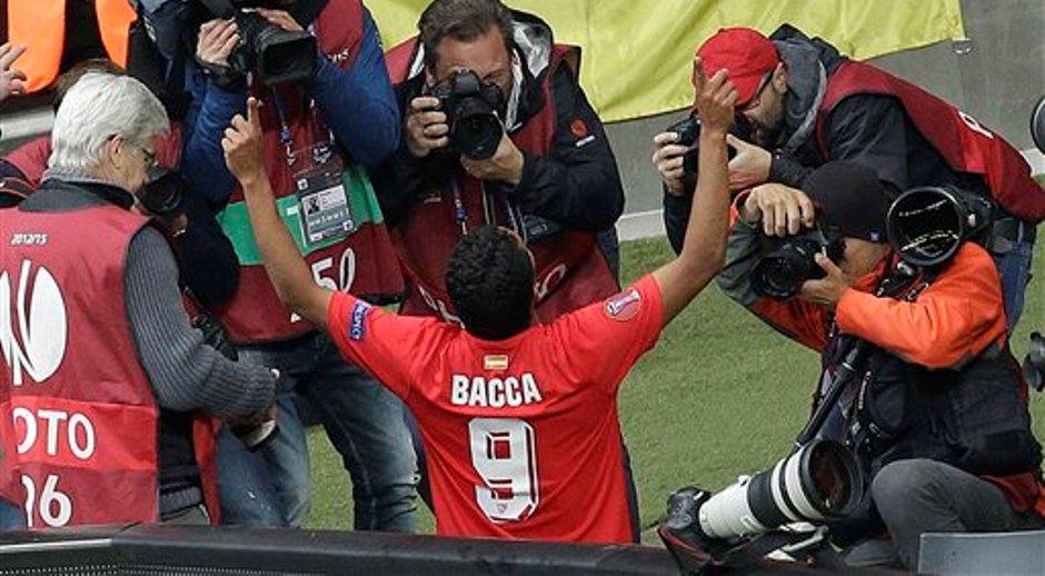El colombiano Carlos Bacca celebra entre los fotógrafos tras anotar durante la final de la Europa League entre el Dnipro Dnipropetrovsk  y el Sevilla FC en el Estadio Nacional de Varsovia, Polonia el miércoles 27 de mayo de 2015. (Foto AP/Michael Sohn)