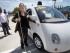 En esta foto del 13 de mayo del 2015, Jessie Lorenz, de San francisco, posa junto al nuevo prototipo de automóvil autónomo de Google,en una demostración en Mountain View, California. (AP Foto/Tony Avelar)