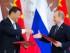 El presidente ruso Vladimir Putin y su homólogo chino Xi Jinping intercambian documentos durante una ceremonia de firmas en el Kremlin, el viernes 8 de mayo de 2015. (Foto AP/Alexander Zemlianichenko)