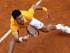 Novak Djokovic devuelve una pelota ante David Ferrer en el Abierto de Italia el sábado, 16 de mayo de 2015, en Roma.  (AP Photo/Alessandra Tarantino)