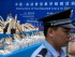 Un policía chino observa mientras se preparan productos de marfil que serán destruidos durante una ceremonia en Beijing, China, el viernes 29 de mayo de 2015. Como parte de un operativo contra el comercio ilegal, las autoridades en China destruyeron el viernes 662 kilos de marfil que fue incautado. (AP Photo/Ng Han Guan)