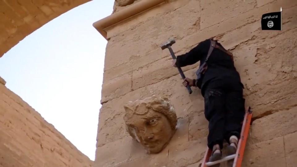Essta imagen tomada de un cibersitio miliciano en YouTube el 3 de abril del 2015, verificada y consecuente con otras informaciones de AP, muestra la destrucción de un tesoro arqueológico en Hatra, en un sitio incluido en la lista de UNESCO como patrimonio de la humanidad, por parte de los extremistas del grupo Estado Islámico. (Militant video via AP, File)
