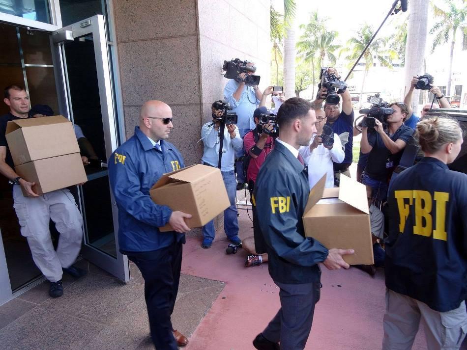 Agentes del FBI llevan cajas hacia sus vehículos hoy, miércoles 27 de mayo de 2015, durante una búsqueda en la oficina de Norte América de la Confederación de Norteamérica, Centroamérica y del Caribe de Fútbol (CONCACAF) en el marco de la investigación del caso FIFA, en Miami (FL, EE.UU.) EFE/Cristobal Herrera.