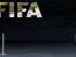 Un hombre camina junto al logo de la FIFA en la sede del organismo en Zúrich, Suiza, el miércoles 27 de mayo de 2015. La fiscalía suiza abrió una investigación penal sobre las votaciones que escogieron a las ciudades anfitriona de los mundiales de 2018 y 2022, horas después de que 14 directivos del mundo del fútbol fueran acusados en una pesquisa sobre sobornos iniciada por Estados Unidos. (Ennio Leanza/Keystone via AP)
