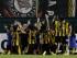 Los jugadores de Guaraní de Paraguay celebran el tanto de Alberto Contrera ante Corinthians de Brasil, en la ida de los octavos de final de la Copa Libertadores, el miércoles 6 de mayo de 2015 (AP Foto/Jorge Saenz)