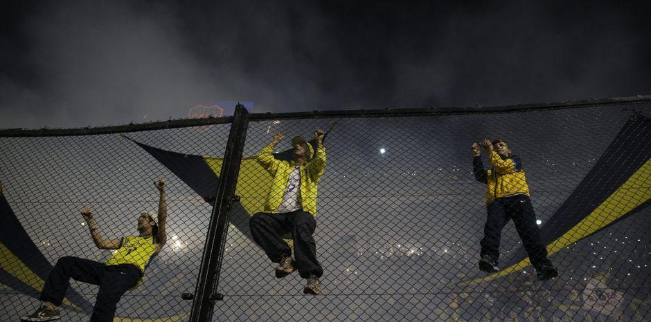 BUENOS AIRES (ARGENTINA), 14/05/2015.- Seguidores de Boca Juniors animan a su equipo hoy, jueves 14 de mayo de 2015, durante un partido por los octavos de final de la Copa Libertadores ante River Plate, en el estado de Boca Juniors en Buenos Aires (Argentina). EFE/Iván Fernández