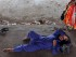 Un vendedor descansa bajo una sombra escasa en un día de intenso calor en las afueras de Jammu, India, el 29 de mayo del 2015. Una oleada de calor ha causado más de 1.800 muertos en las últimas semanas, según las autoridades. (AP Foto/Channi Anand)