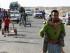 Miembros de una familia iraquí que abandonaron su casa en Ramadi caminan hacia Bagdad, a las afueras de Ramadi, 115 kilómetros al oeste de la capital, el viernes 15 de mayo de 2015. Milicianos del grupo Estado Islámico tomaron el centro de Ramadi e izaron su bandera negra sobre el complejo del gobierno local, según autoridades locales. (AP Foto)
