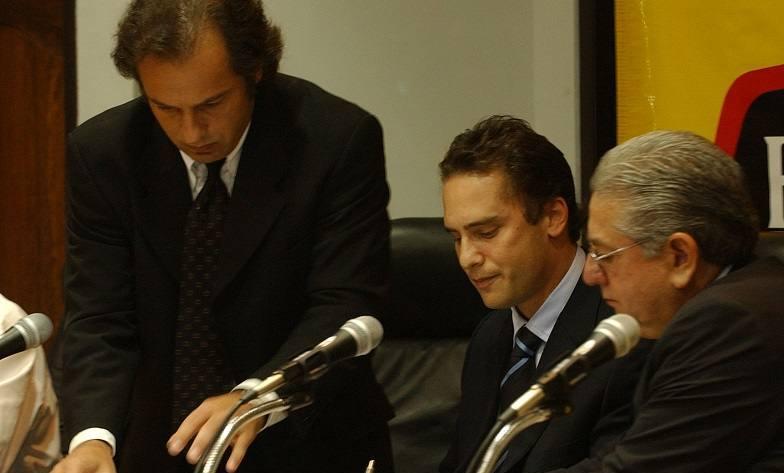 Mariano Jinkins, de Full Play, y Luis Chiriboga, presidente de la FEF, en una foto de 2014, difundida por El Universo.