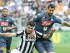Álvaro Morata, de la Juventus, se disputa un balón con Miguel Britos, del Nápoli, durante el duelo de la Serie A el sábado 23 de mayo de 2015 en Turín. (Foto AP/Massimo Pinca)