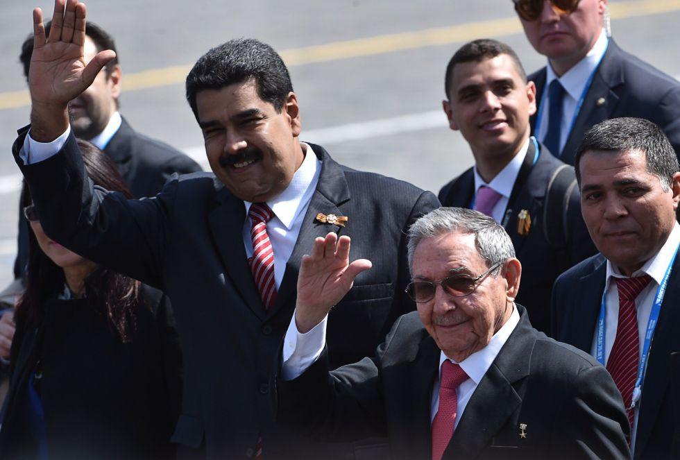 El presidente de Venezuela, Nicolás Maduro (izquierda), y el cubano, Raúl Castro, saludan a su llegada al acto. AP/Pool