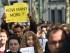 """Un manifestante sostiene un letrero que pregunta """"¿Cuántos más?"""" mientras que otros cargan un ataúd que simula tener un inmigrante en su interior durante una manifestación frente a una cumbre de emergencia de la Unión Europea en Bruselas, el jueves 23 de abril de 2015. Los manifestantes exhortaron a los líderes de la UE a tomar acciones más efectivas para salvar vidas en el Mediterráneo, donde cientos de inmigrantes se han ahogado en los últimos días. (Foto AP/Geert Vanden Wijngaert)"""