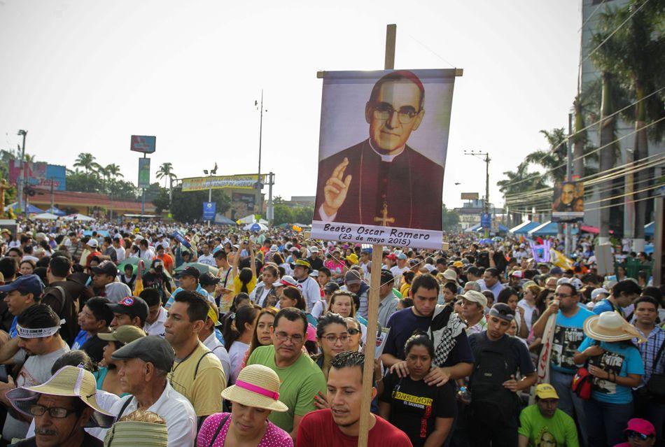 """Miles de devotos de monseñor Romero llegan hoy, sábado 23 de mayo de 2015, a la plaza del Salvador del Mundo, donde será beatificado, en San Salvador (El Salvador). Monseñor Romero es para los salvadoreños mucho más que un mártir; es el héroe, el defensor de las causas justas, el hombre bueno, es San Romero de América, como lo """"bautizaron"""" desde que fue asesinado en San Salvador el 24 de marzo de 1980 por un escuadrón de la muerte. Para los fieles de Romero, su beatificación no es más que el primer paso hacia la canonización, que reivindican desde hace 35 años. EFE/Oscar Rivera"""