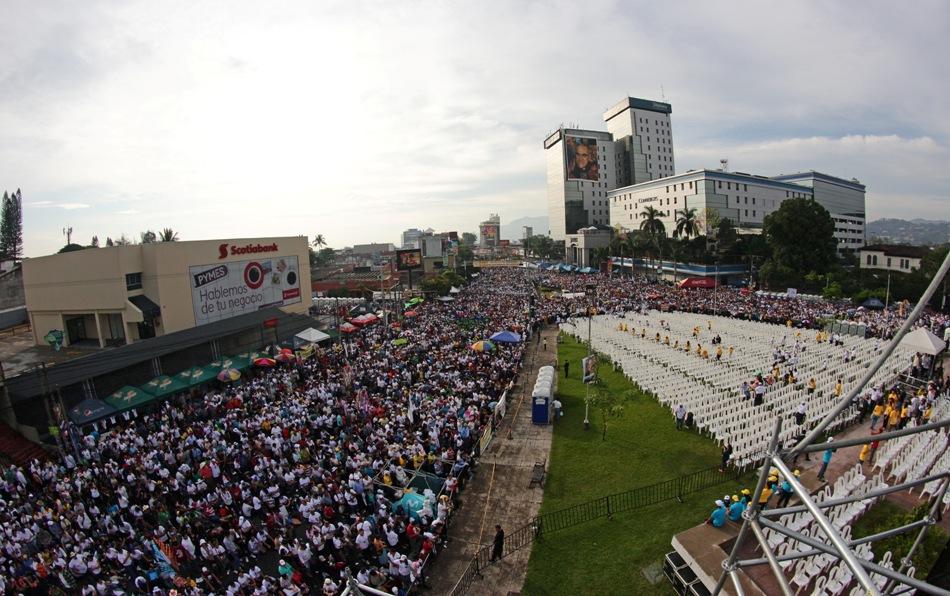Miles de peregrinos se congregan para la ceremonia de beatificación de monseñor Oscar Romero en San Salvador, El Salvador, el sábado 23 de mayo de 2015. (AP Foto/Salvador Melendez)