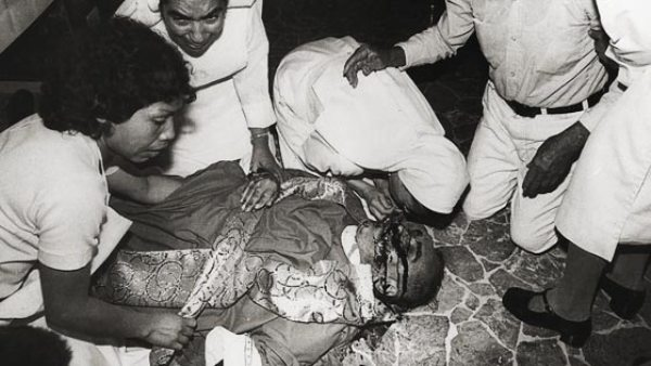 Foto del Monseñor Oscar Anulfo Romero, Arzobispo de San Salvador, minutos después de su asesinato, mientras celebraba la misa, el 20 de marzo de 1980.