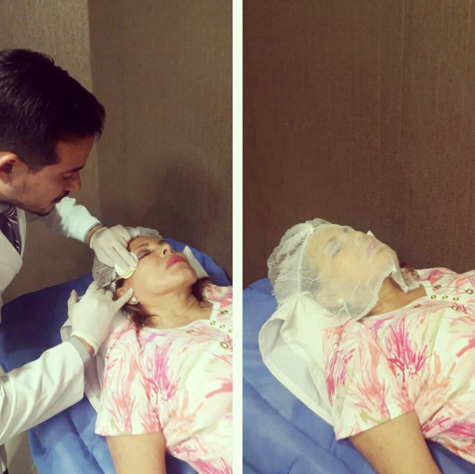 Morán aplicando uno de sus tratamientos faciales