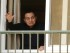 El depuesto gobernante de Egipto, Hosni Mubarak, cumplió 87 años y saluda a simpatizantes desde una ventana del hospital militar Maadi, en el que se encuentra, en El Cairo, el lunes 4 de mayo de 2015. (AP Foto/Amr Nabil)
