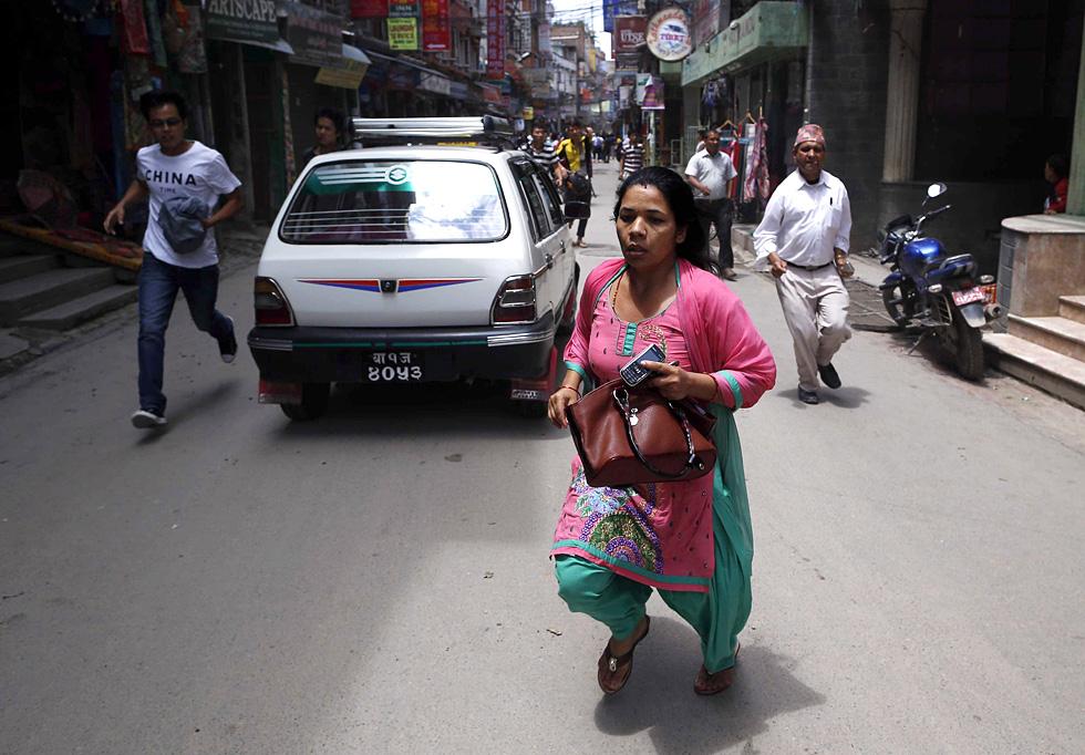 Una mujer busca refugio en una calle de Sankh (Nepal), el 12 de mayo de 2015. MAST IRHAM (EFE)