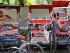 Conductores de bici-taxis duermen en sus transportes en un día de fuerte calor en Nueva Delhi, India, el jueves 21 de mayo de 2015. Unas 230 personas han muerto desde mediados de abril debido a una ola de calor que afecta a dos estados del sureste de la India, informaron las autoridades el sábado 23 de mayo de 2015. (Foto AP/Manish Swarup)