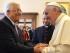 El papa Francisco estrecha las manos del presidente palestino, Mahmud Abás, durante una audiencia en el Vaticano, el sábado 16 de mayo de 2015. (Alberto Pizzoli/Pool vía AP)
