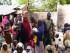 En esta foto difundida por los militares nigerianos y tomada el 29 de abril del 2015, un soldado nigeriano aparece junto a un grupo de mujeres y niños que fueron supuestamente rescatados por los militares nigerianos de manos de los extremistas islámicos de Boko Haram en el bosque Sambisa. (Nigerian Military via AP)
