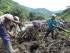 Varias personas buscan sobrevivientes luego de que una avalancha ocurriera en el municipio de Salgar, en el departamento de Antioquia, al noroeste Colombia, el lunes 18 de mayo de 2015. (AP Foto/Luis Benavides)