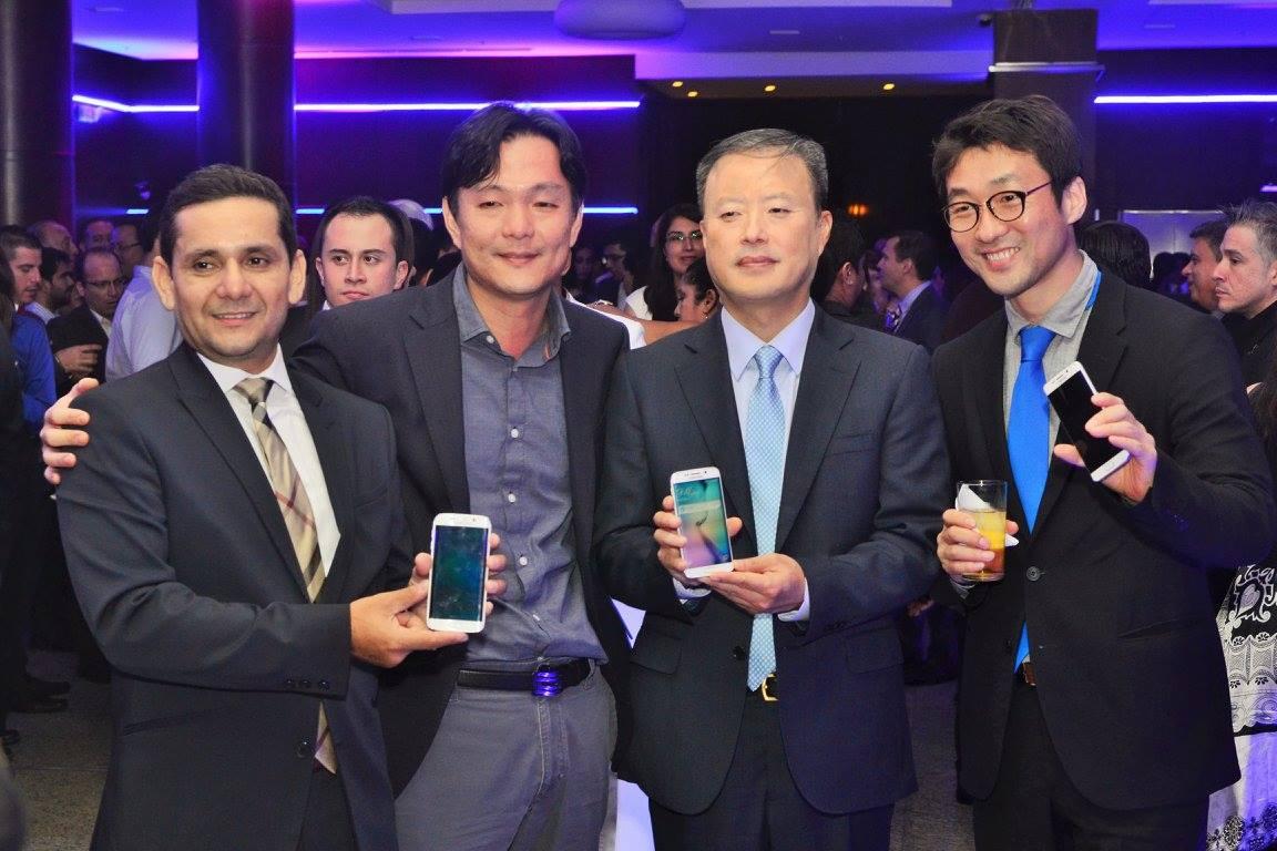 Ejecutivos de Samsung, en el lanzamiento del S6, en Guayaquil, el 14 de mayo de 2015, en el Teatro Sánchez Aguilar. Foto de la página de Facebook de Samsung.