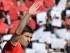 Liverpool (Reino Unido), 16 / 05 / 2015.- Steven Gerrard del Liverpool olas a la multitud después de caminar por una guardia de honor antes del partido de fútbol de Inglés Premier League entre el Liverpool y el Crystal Palace en el Anfield en Liverpool , Gran Bretaña, 16 de abril 2015 . Gerrard hace su aparición hogar final antes de abandonar el club en el verano para jugar en los Angeles Galaxy en la MLS .EFE/EPA/PETER POWELL