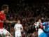 El portero Lukasz Fabianski de Swansea se apodera de un balón ante el asedio Mesut Ozil en el partido por la Liga Premier, el lunes 11 de mayo de 2015. (AP Foto/Alastair Grant)