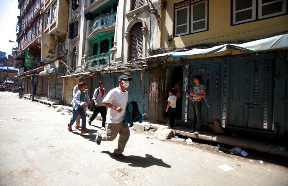 Un hombre nepalí corre para ponerse a salvo tras el segundo gran terremoto que sacude Katmandú, la capital de Nepal, en menos de tres semanas, el 12 de mayo de 2015.(Foto AP/Bikram Rai)