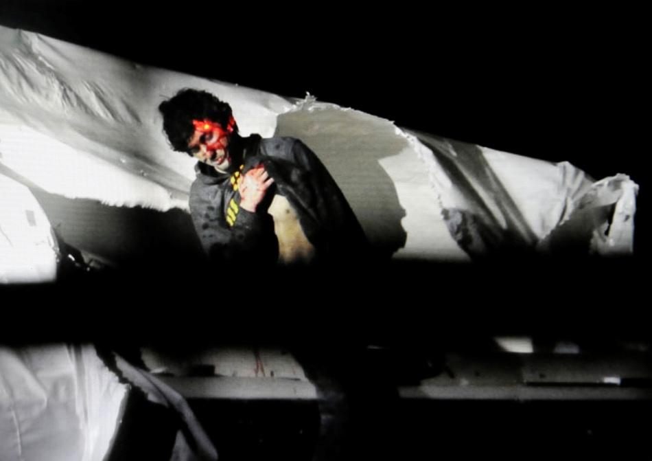 El sospechoso del ataque terrorista al maratón de Boston Dzhokhar Tsarnaev con el láser de un francotirador sobre la cabeza sale de un bote durante su captura en Watertown, Massachusetts en una fotografía proporcionada por la policía de Massachusetts. El viernes 15 de mayo de 2015 Dzhokhar Tsarnaev fue sentenciado a muerte por medio de una inyección letal por su participación en el ataque de 2013 al maratón de Boston. (Foto AP/Massachusetts State Police, Sean Murphy, File)