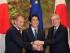 El presidente del Consejo Europeo, Donald Tusk (izquierda), el presidente de la Comisión Europea, Jean-Claude Juncker (derecha) estrechan manos con el primer ministro japonés, Shinzo Abe, antes de su reunión en la residencia oficial de Abe en Tokio, el viernes 29 de mayo de 2015. (Foto AP/Koji Sasahara, Pool)