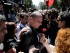 Un manifestante saluda al ministro griego de Finanzas, Yanis Varoufakis (centro). (Foto AP/Petros Giannakouris)