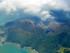 Una columna de humo se eleva desde el monte Shindake en la isla de Kuchinoerabu, en el sur de Japón, el viernes 29 de mayo de 2015. (Kyodo News vía AP)
