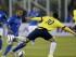 El defensa brasileño Dani Alves (i) lucha el balón con el centrocampista colombiano James Rodríguez, durante el partido Brasil-Colombia, del Grupo C de la Copa América de Chile 2015, en el Estadio Monumental David Arellano de Santiago de Chile, Chile, hoy 17 de junio de 2015. EFE/Felipe Trueba