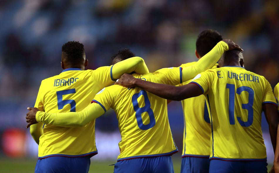 El centrocampista ecuatoriano Miller Alejandro Bolaños (2i) celebra su gol, primero del equipo, con sus compañeros, durante el partido México-Ecuador, del Grupo A de la Copa América de Chile 2015, en el Estadio El Teniente de Rancagua, Chile, hoy 19 de junio de 2015. EFE/Osvaldo Villarroel