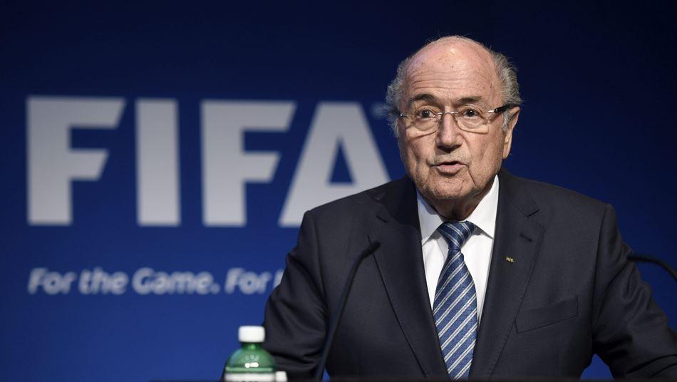 Joseph Blatter, presidente de la FIFA, anuncia en rueda de prensa que pone a disposición su cargo e informa de que habrá un congreso extraordinario para elegir al nuevo mandatario del máximo organismo futbolístico mundial, en la sede de la FIFA en Zúrich, Suiza, el 2 de junio del 2015. EFE/Ennio Leanza