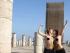 Dos activistas de Femen se fotografían desnudas en un monumento de Rabat. Foto de noticieros.televisa.com