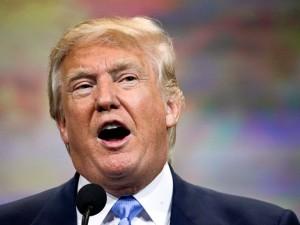 En esta imagen del 10 de abril de 2015, Donald Trump habla en una convención de la NRA en Nashville, Tennessee. Luego de que casi 20 republicanos de alto perfil se hayan postulado ya a la presidencia, la generación republicana de 2016 ofrece un poco de todo. Hay candidatos de primera línea, candidatos de propuestas sencillas e incluso los soñadores quijotescos. Y también está Donald Trump. El Donald, como se le conoce a la celebridad, anuncará sus intenciones rumbo a 2016 el martes en un rascacielos de Manhattan que lleva su nombre. (Foto AP/Mark Humphrey, Archivo)