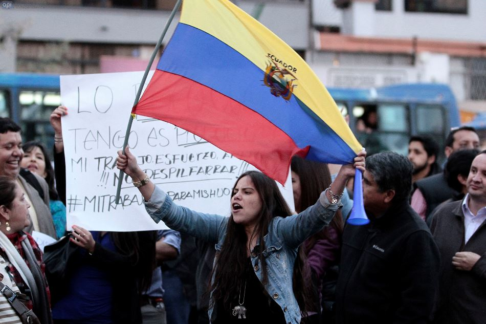 Plantonera en la avenida Shirys de opositores y simpatizantes de gobierno. FOTOS AFP/JUAN CEVALLOS.