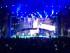 """En esta imagen proporcionada por Francis Ramsden, Enrique Iglesias atrapa un dron en el escenario durante un concierto en Tijuana, México, el sábado 30 de mayo del 2015. El cantante, que se cortó varios dedos en esta hazaña, se sometió el lunes a una cirugía reconstructiva que """"duró más de lo anticipado"""" porque sufrió también una fractura, dice un comunicado publicado en su cibersitio el martes. . (Francis Ramsden via AP)"""