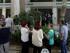 Decenas de personas hacen fila ffrente a un cajero automático en el centro de Atenas, el domingo 28 de junio de 2015. (Foto AP/Thanassis Stavrakis)