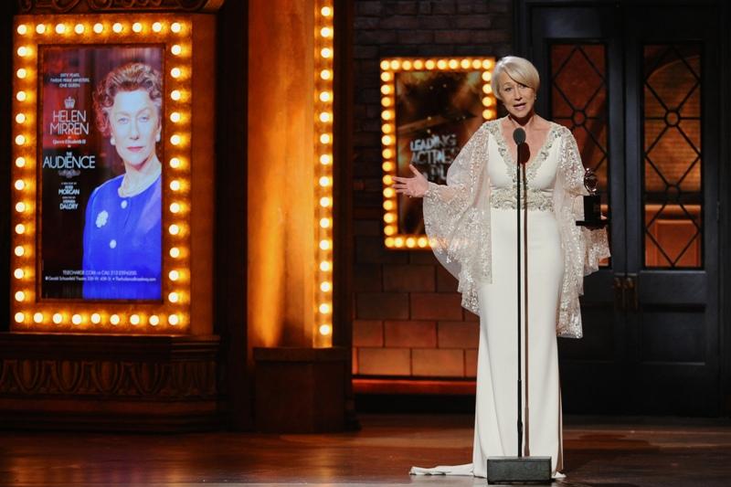 """Helen Mirren acepta el Premio Tony a la mejor actriz en una obra por su trabajo en """"The Audience"""", el domingo 7 de junio del 2015 en Nueva York. (Foto por Charles Sykes/Invision/AP)"""
