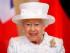 La reina Isabel II de Inglaterra se dispone a firmar en el libro de honores del castillo de Bellevue, en Berlín, durante su visita oficial a Alemania, el 24 de junio de 2015. (Foto AP/Markus Schreiber, Pool)