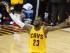 LeBron James, de los Cavaliers de Cleveland, arenga al público durante el tercer partido de la final de la NBA contra los Warriors de Golden State, el martes 9 de junio de 2015 (AP Foto/Paul Sancya).