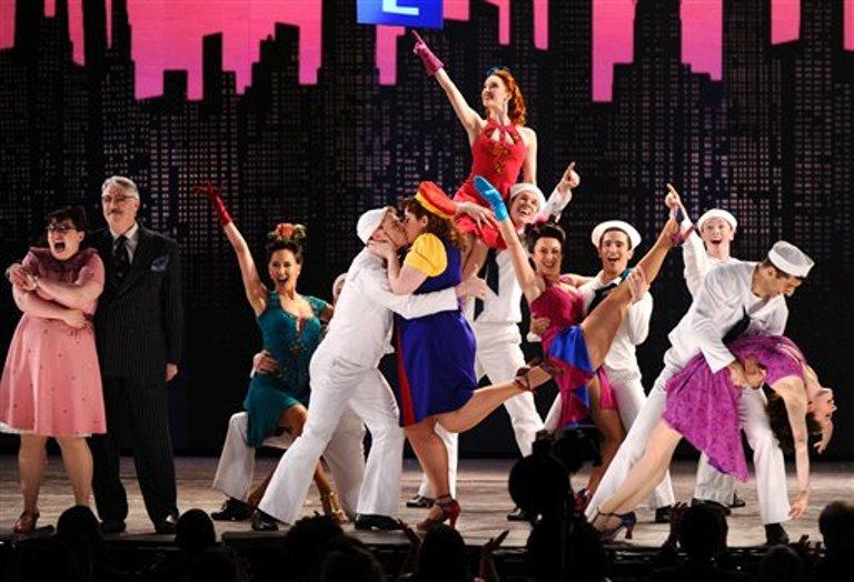 """El elenco de """"On the Town"""" actúa en la ceremonia de los Premios Tony, en el Radio City Music Hall, el domingo 7 de junio del 2015 en Nueva York. (Foto por Charles Sykes/Invision/AP)"""