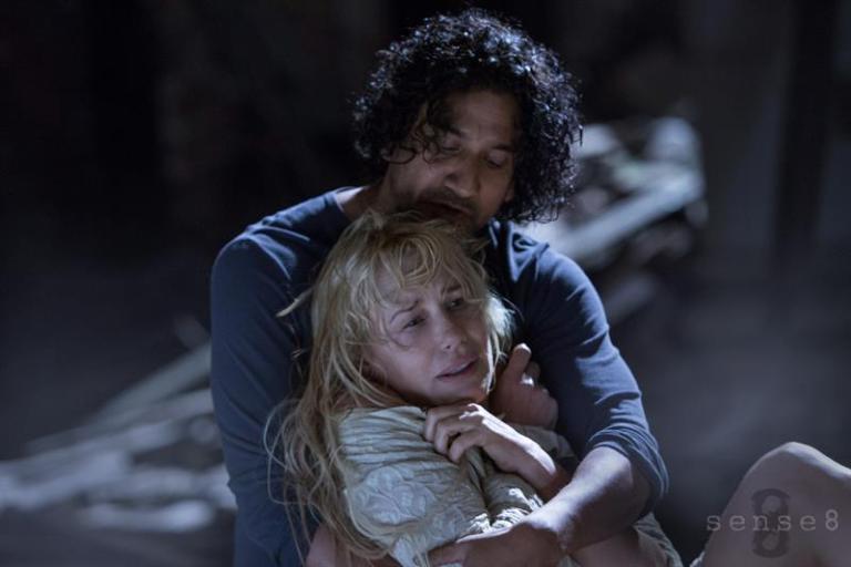 """Fotograma cedido por Netflix de la serie """"Sense8"""" hoy, viernes 5 de junio de 2015, en la que aparecen los actores Naveen Andrews y Daryl Hannah."""