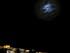 La luna brilla en lo alto sobre la colina de la Acropolis en el centro de Atenas, a primeras horas del lunes 29 de junio de 2015. El gobierno anunció que los bancos estarían cerrados durante seis días e impuso límites a los retiros de dinero ante la crisis que financiera que atraviesa el país. (AP Foto/Petros Karadjias)