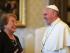 El papa Francisco al dar la bienvenida a la presidenta chilena Michelle Bachelet durante una audiencia privada en el Vaticano, el viernes 5 de junio de 2015. (Alberto Pizzoli/AFP pool via AP)